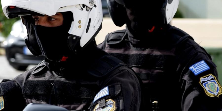 Δείτε καρέ-καρέ - Αστυνομικοί της ΔΙΑΣ σώζουν την τελευταία στιγμή άνδρα πριν βουτήξει στο κενό